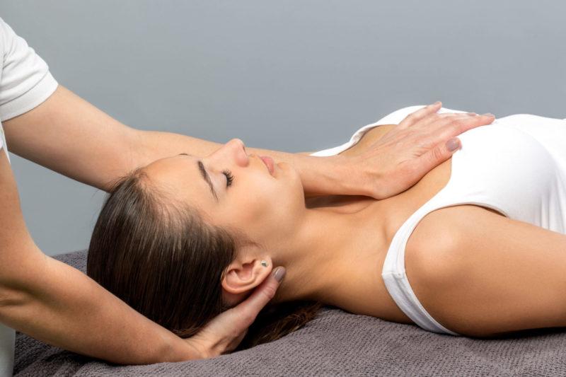 Kobieta podczas zabiegu osteopatycznego