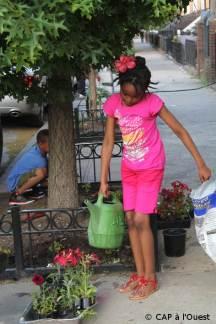 Les enfants nous aident à arroser
