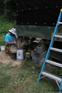 Marc surélève les piliers avec du ciment