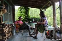 Sam et Cathy jouent de la musique sur la terasse