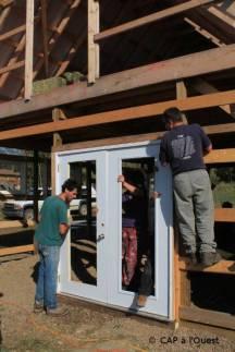 Installation de la porte de la future salle de traite