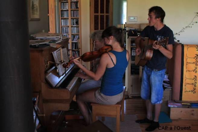 Maryann et deux autres WWOOfeurs jouent de la musique