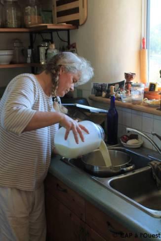 Maryann verse le lait dans la marmite