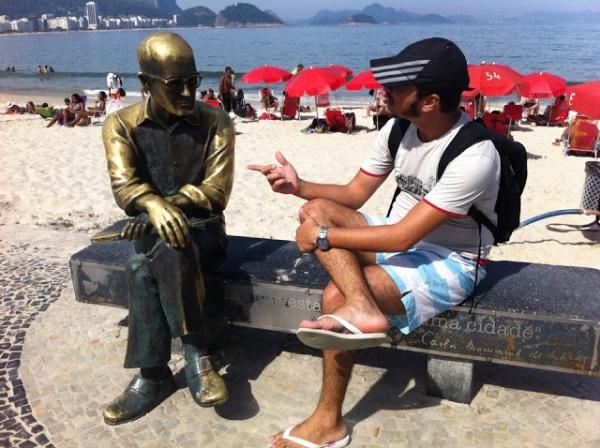 Fabrício batendo papo com Carlos Drummond de Andrade