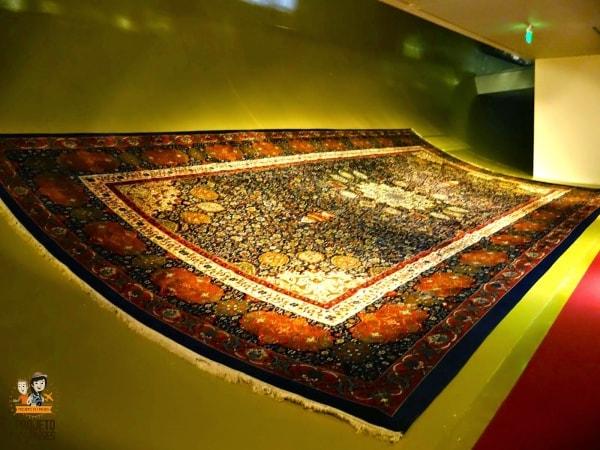 O maior tapete do museu