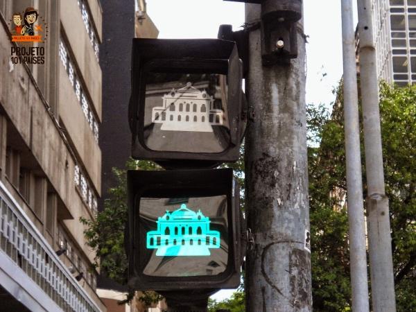 Próximo ao local, o semáforo homenageia o teatro