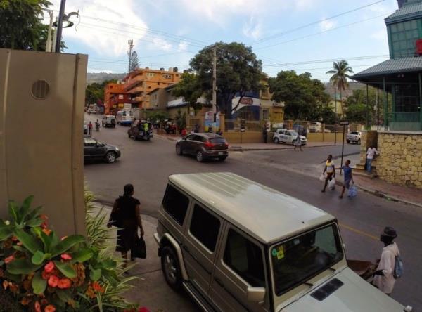 Na frente do nosso hotel