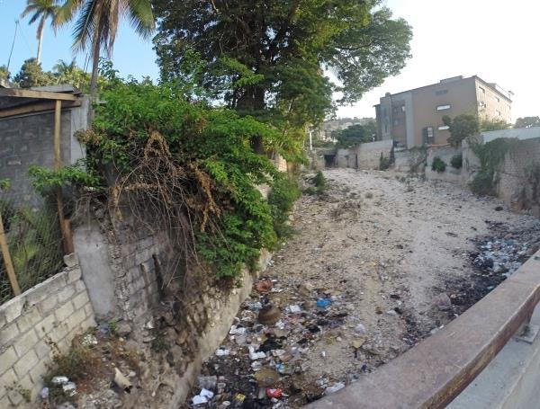 O bairro mais rico da cidade também tem seus defeitos, como esse lixão a céu aberto