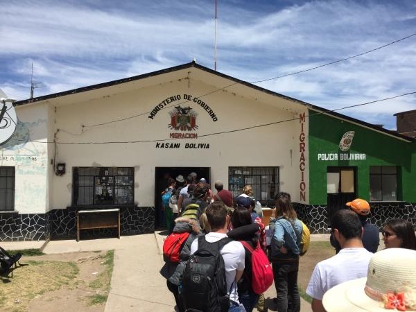 Fila na imigração boliviana