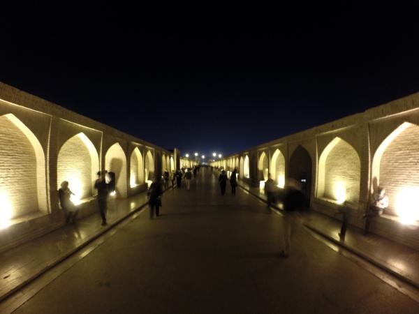 Si-o-se-pol bridge de noite