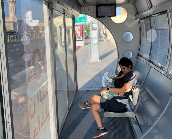 Bebê mamando em Dubai