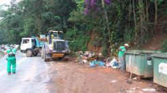 Caminhões e funcionários da Comdep e agência regional para a limpeza das lixeiras na entrada de Araras - 8_03-2017