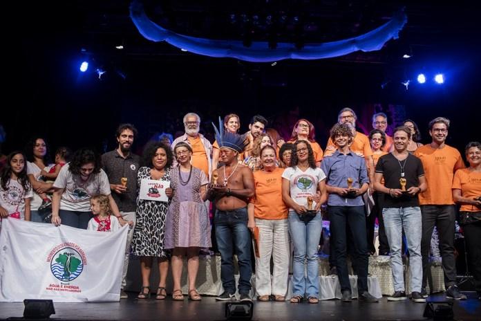 Na foto final, os homenageados da noite e os organizadores do evento. Apesar de tudo, ainda resta esperança. Foto Marizilda Cruppe