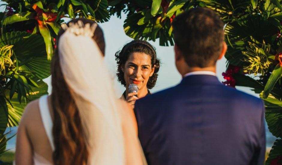 Amigos, parentes ou um profissional? A gente te ajuda a escolher quem vai celebrar seu casamento