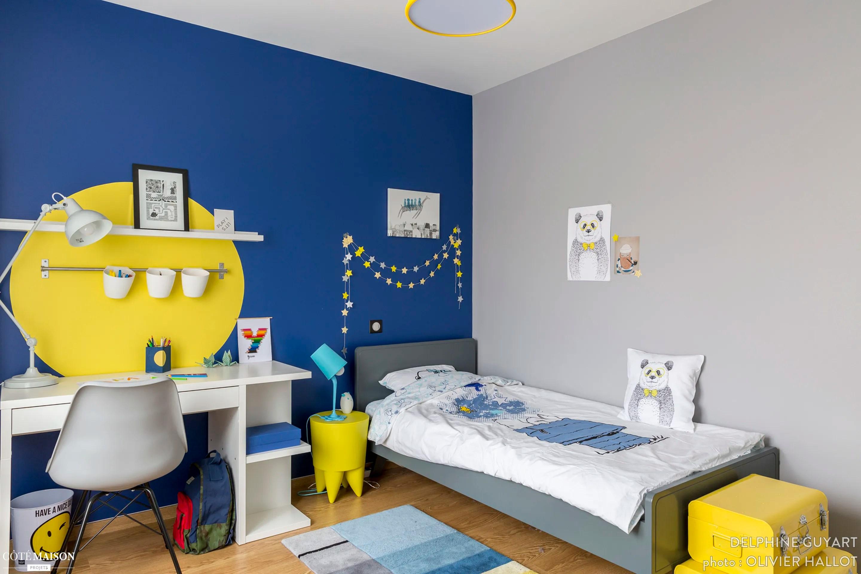 Chambre pour un garon qui aime dessiner le bleu et le jaune Delphine Guyart Design  Ct Maison