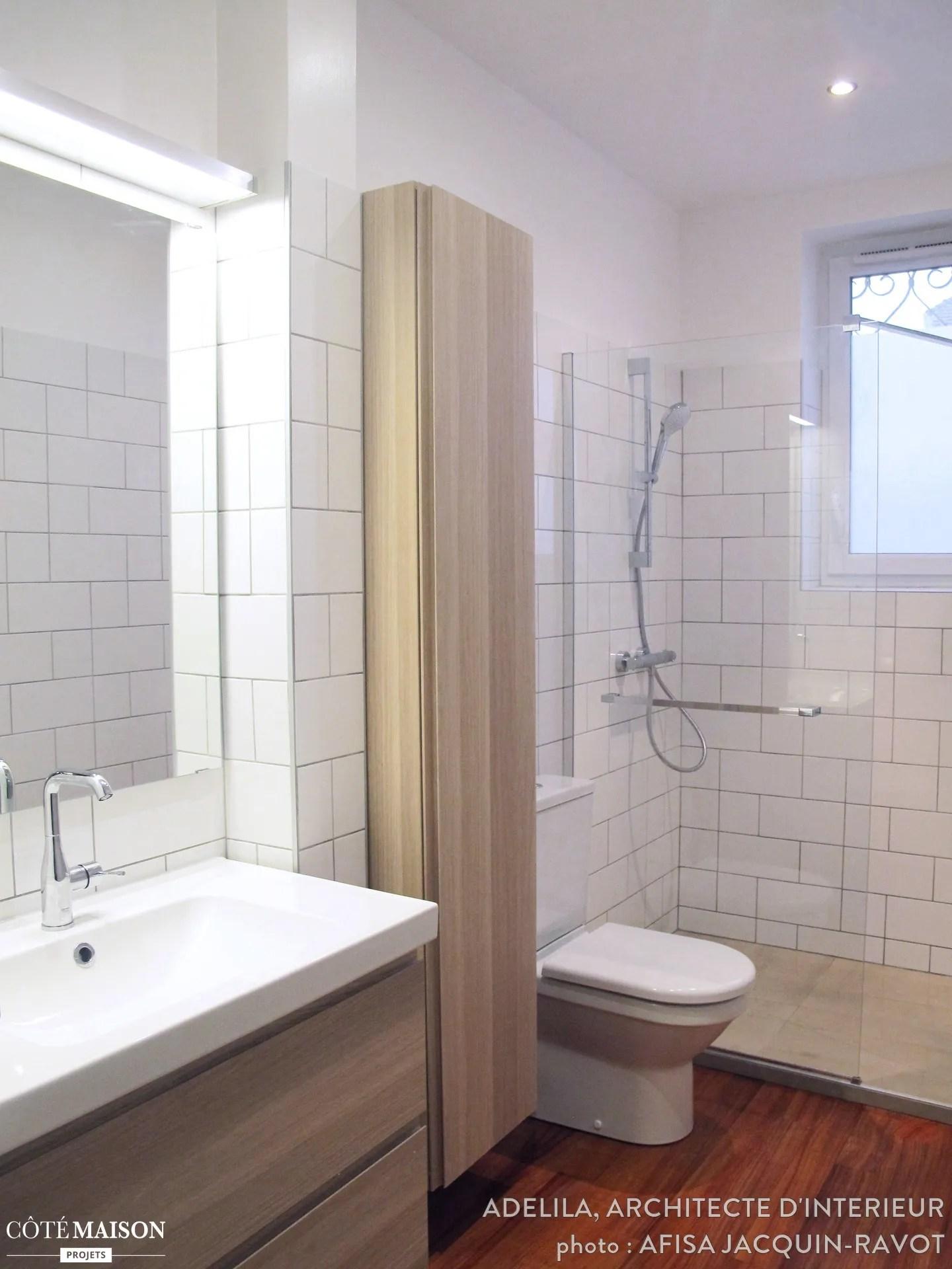 Salle de bains toute en longueur faence blanche et graphique Adelila architecte dintrieur