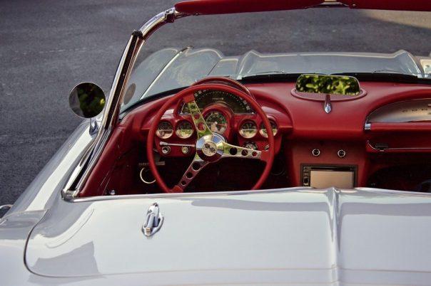 Wer sein Auto beim Parken offen lässt, setzt seinen Versicherungsschutz aufs Spiel.