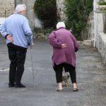 Pflegebedürftige oder die Angehörigen müssen den Eigenanteil leisten, weil die Pflegeversicherung nur einen Teil der Kosten trägt.