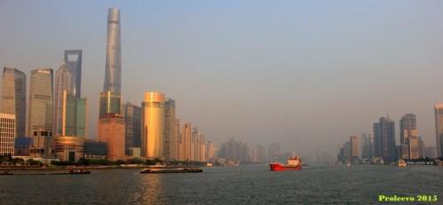 Sungai Huangpu membelah kota Shanghai