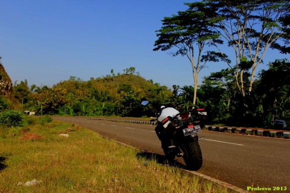 Menjelang sore, kami bergegas ke arah timur menuju pantai Klayar Via Giritontro (kab Wonogiri)