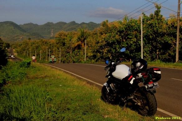 Jalanan mulus ini berubah menjadi rusak saat memasuki provinsi Jateng, dan kembali mulus saat memasuki provinsi Jatim (Pacitan)