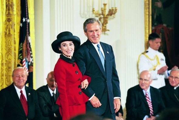 El presidente George W. Bush con la receptora de la Medalla de la Libertad Rita Moreno. Identificador de los Archivos Nacionales: 7431430
