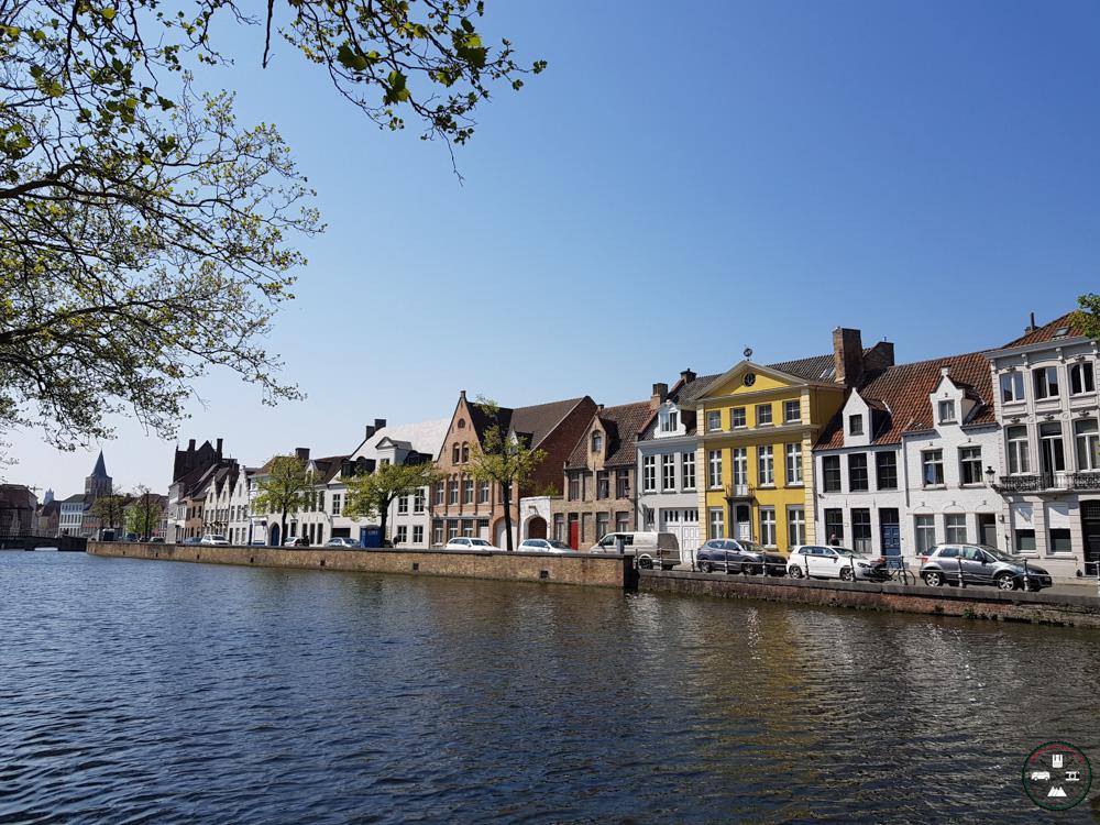 Un canal à Bruges avec ces maisons colorées
