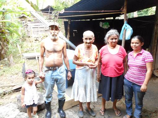 4 Honduran families receive pilas from Promise Home Team