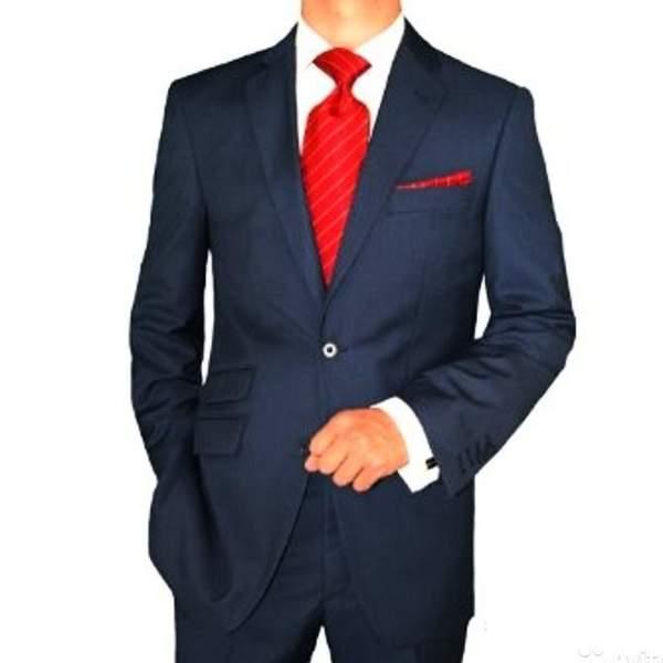 331e516b7389 Môžete tiež nosiť pravidelnú čiernu kravatu. Príklady kombinácie kravaty s  bielou košeľou a modrým oblekom nájdete na fotografii nižšie.