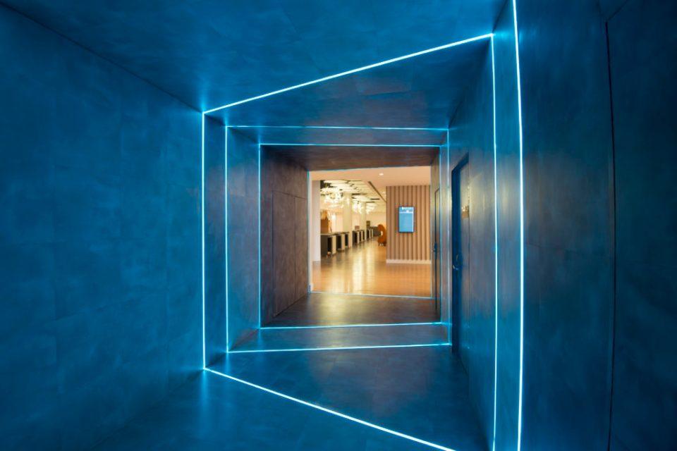 O portal de LED que transporta do Lobby para o Foyer de eventos.