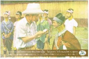 首長カレン族の娘が日本軍を歓迎する(写真はタイ日友好記念館のHPカらお借りしました)