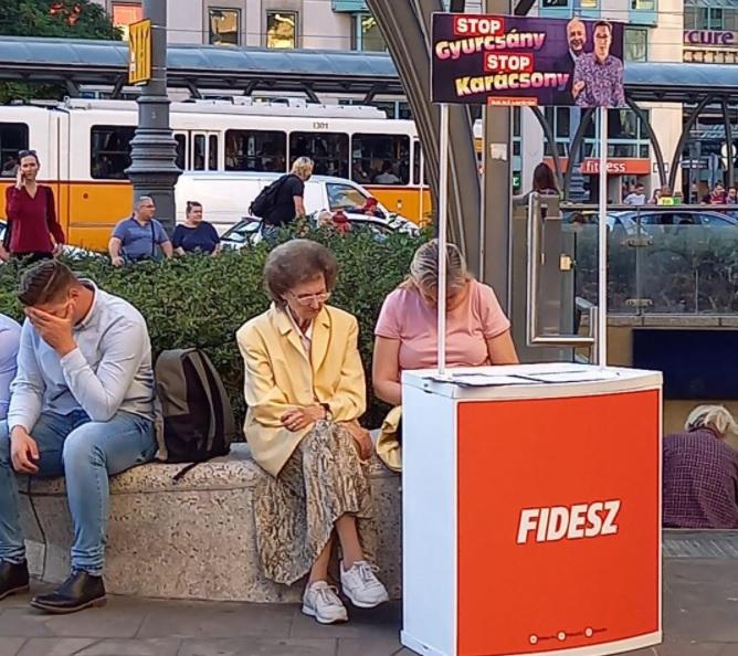 Megtalálták a legszomorúbb Fidesz-standot, a polgármester is ezen mulat