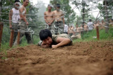 Female and male trainees run during a bodyguard training program