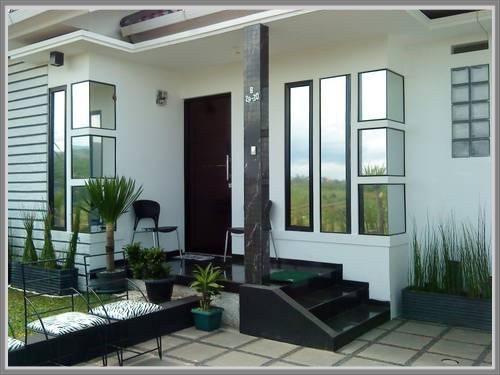 Paduan Warna Hitam dan Warna Putih pada Teras Rumah  properti4u