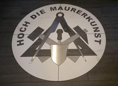 Mit Wasserstrahl-Schneide-Technik erstelltes Logo