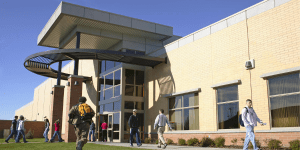 Read more about the article Pros and cons of a community college
