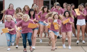 Read more about the article Pros and Cons of Sororities