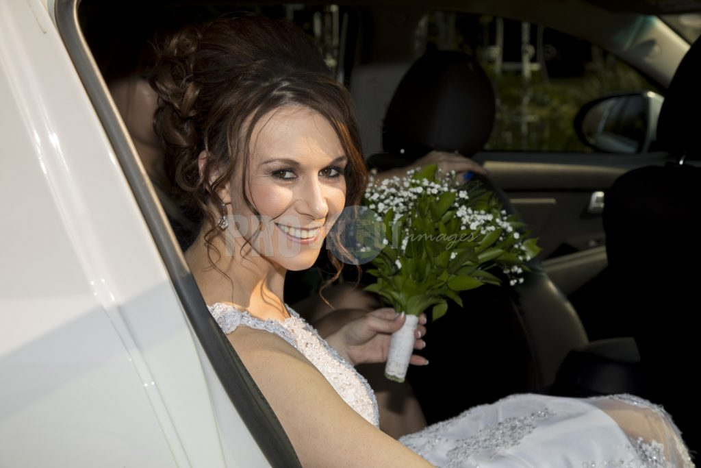 Bride in car | ProSelect-images
