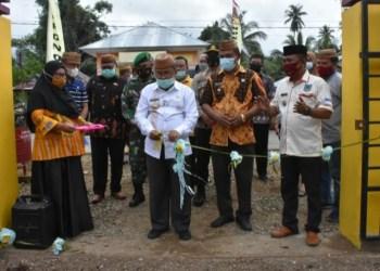 Bupati Gorut Indra Yasin, saat meresmikan Posyandu di Kecamatan Monano. Jum'at, (15/01/2021). (Foto : Humas).