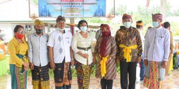 Kedua dari kanan, Plt Bupati Boalemo Anas Jusuf, saat mengukuhkan Kelompok Sadar Wisata (Pokdarwis), di Kecamatan Wonosari. Senin, (25/01/2021). (F : Istimewa).