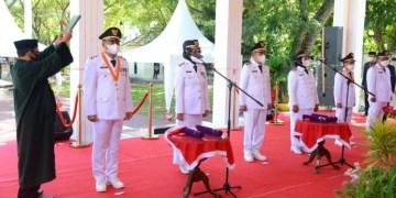 Pengambilan sumpah oleh rohanian kepada tiga bupati dan wakil bupati terpilih, yang baru dilantik oleh Gubernur Gorontalo secara luring di rudis Gubernur, Jumat (26/2/2021). Foto Salman