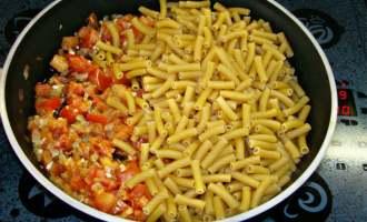Швидкі макарони, тушковані в сковороді