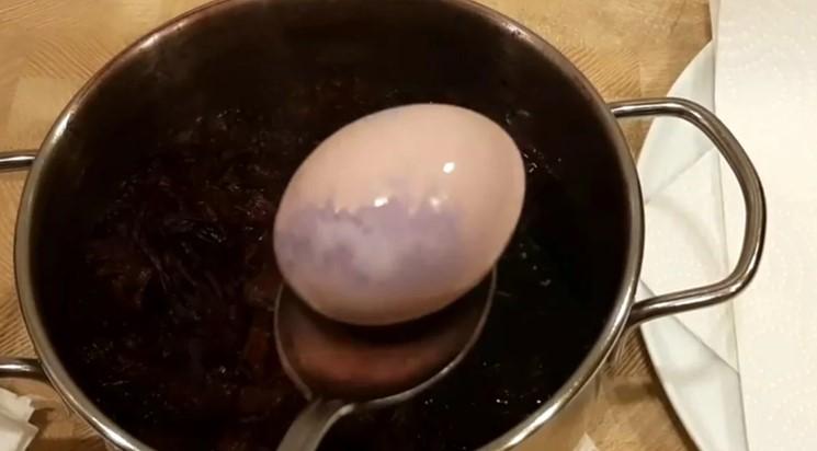 Красиві фарбовані Великодні яйця без хімії
