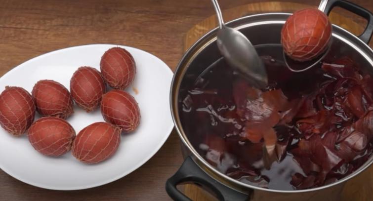 Бинт і лушпиння: ідея оригінального фарбування яєць на Великдень (без використання хімії)