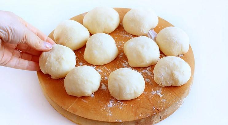 На цьому нейтральному тісті можна готувати пиріжки з будь-якою начинкою. Пиріжки виходять м'які як пух