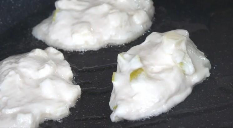 Яблучні оладки без яєць: до чаю смачно і швидко
