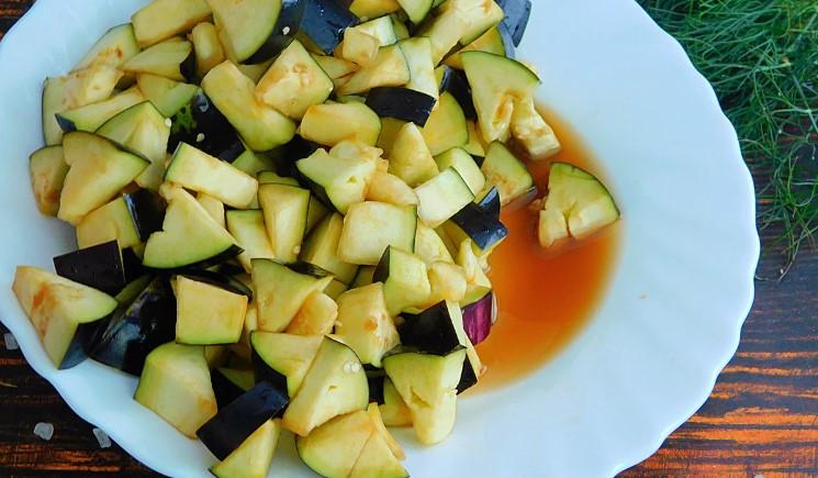 Баклажани тушковані зі сметаною і часником: проста і смачна закуска всього за 10 хвилин