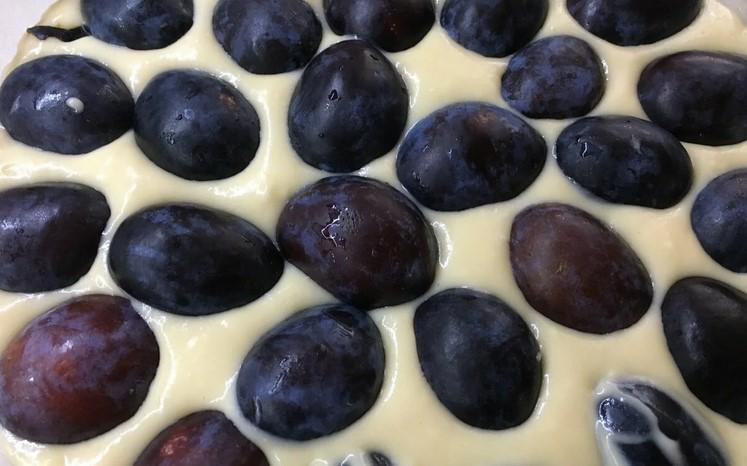 Сільський сливовий пиріг: ідеальна швидка випічка