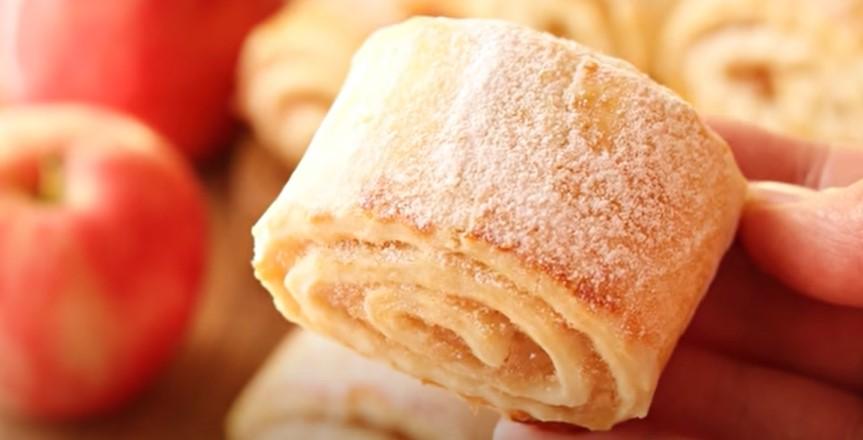Рецепт печива на кефірі просять всі подруги. Просто і смачно з яблучною начинкою