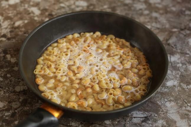 Перестала варити макарони на гарнір. Готую їх значно смачніше: нічого не злипається, що не розварюється